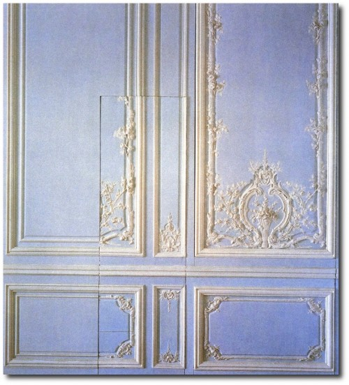 Hidden door in Marie Antoinettes bedroom wall in Versailles 500x552 Queen Marie Antoinettes French Bedroom