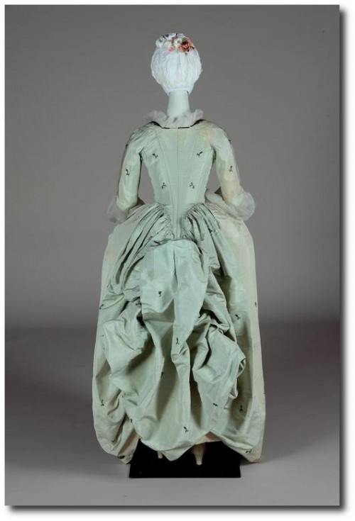 Robe a l'anglaise retrousee 1780 500x735 Mantua Court Gowns